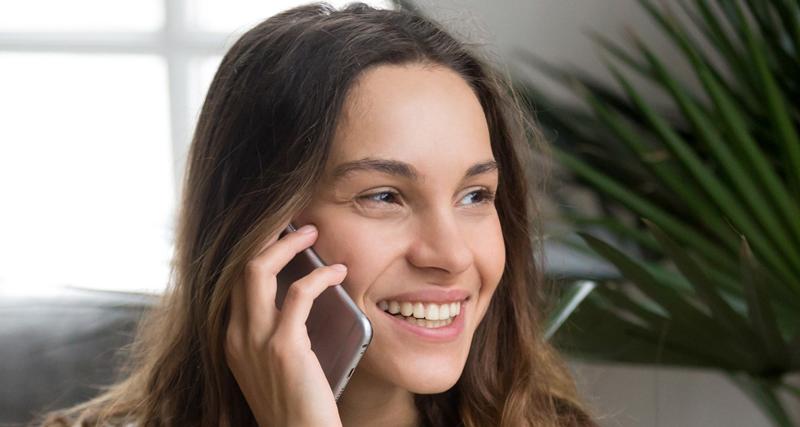 Mulher falando ao celular | Instituto Kemp