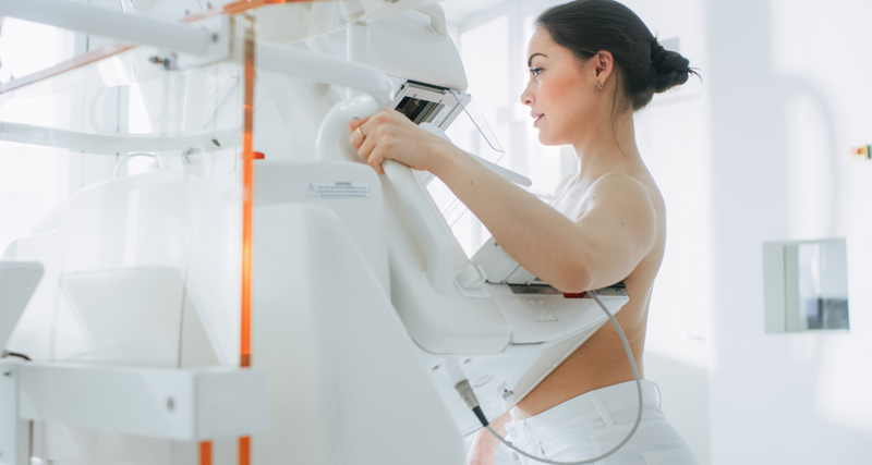 Mulher realizando exame de rastreamento de câncer de mama | Instituto Kemp